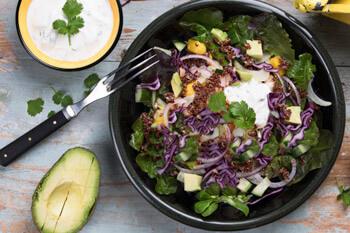 Rodekoolsalade met mango en avocado