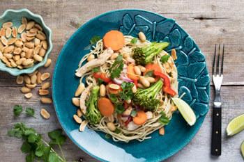 Wok met knapperige groenten, kip en pindanootjes